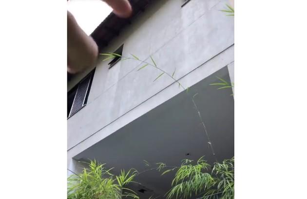 Porchat mostrou parte da fachada da casa e contou que a piscina será colocada no terraço da edificação, que ainda será construído  (Foto: Reprodução)