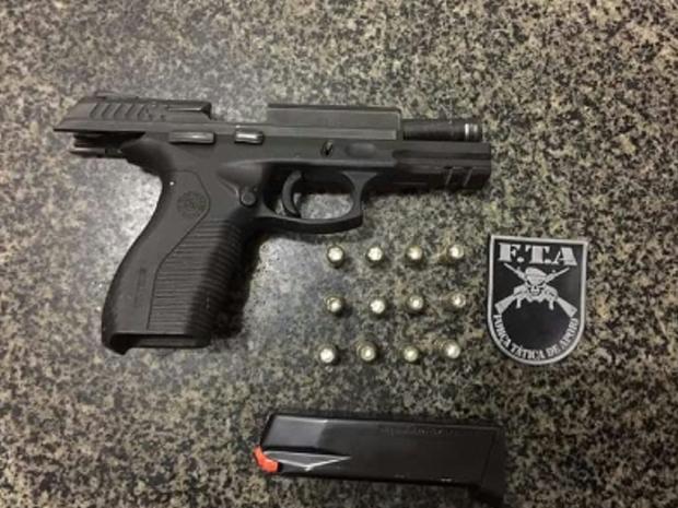 Após revista ao suspeito, a Polícia Militar localizou uma pistola ponto 40, municiada, pertencente a PM (Foto: SSPDS/Divulgação)