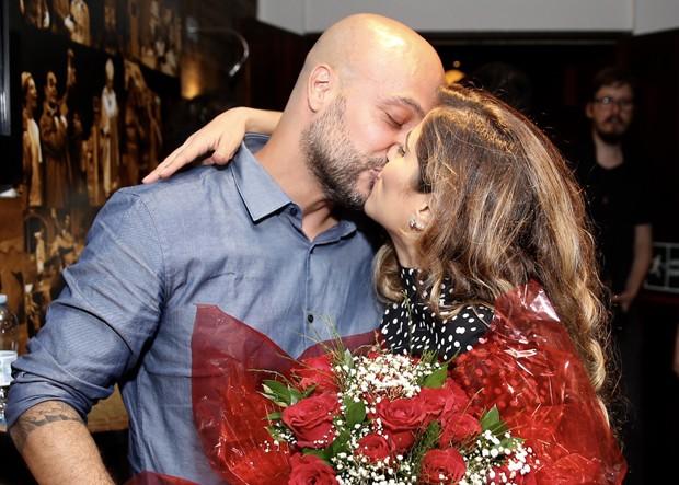 Camilla Camargo recebe o carinho do marido, Leonardo Lessa (Foto: Manuela Scarpa / Brazil News)