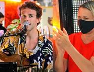 Giulia Gam tieta Theo, seu filho com Pedro Bial, em show no Rio