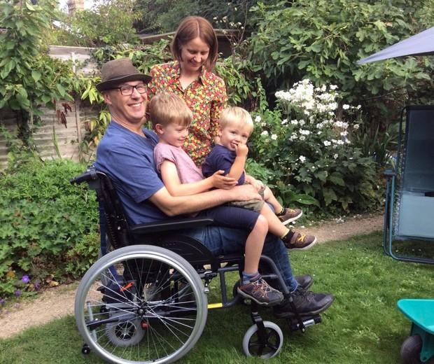 Joe com os filhos Jimmy, 6, e Tom, 1 (Foto: Reprodução)
