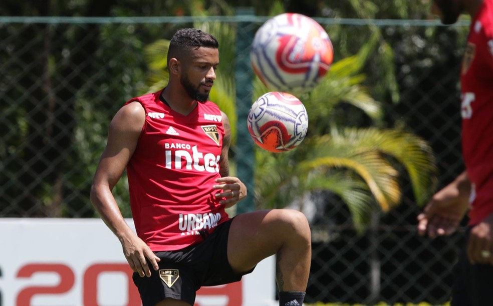 Reinaldo no treino do São Paulo — Foto: Rubens Chiri / saopaulofc.net