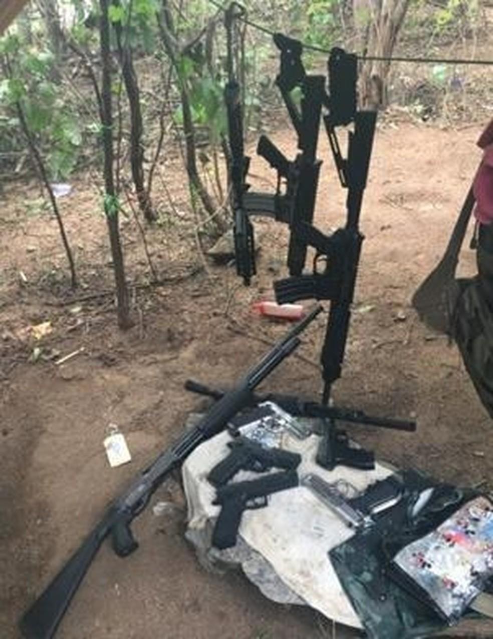 No local onde eles estavam foram apreendidos um veículo de luxo, duas pistolas e munições — Foto: Polícia Civil/Divulgação