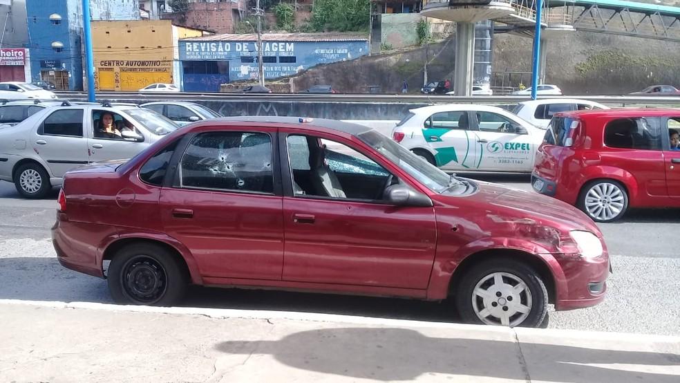 Homens forma baleados em carro após suspeita de tentativa de assalto em Salvador — Foto: Cid Vaz/TV Bahia