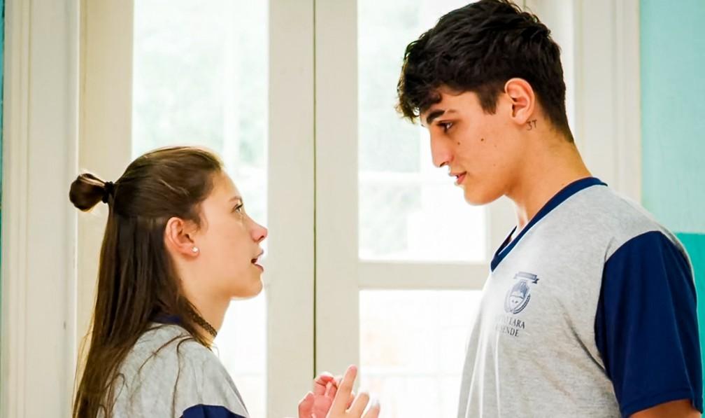 Tatoo (Caian Zattar) avisa para Anjinha (Caroline Dallarosa) que vai sair da escola, em 'Malhação - Toda Forma de Amar' — Foto: Globo