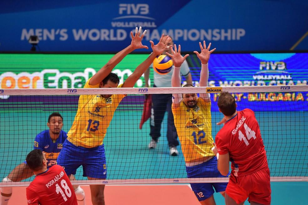 Maurício Souza e Lipe param atacante da Sérvia na semifinal — Foto: Divulgação/FIVB