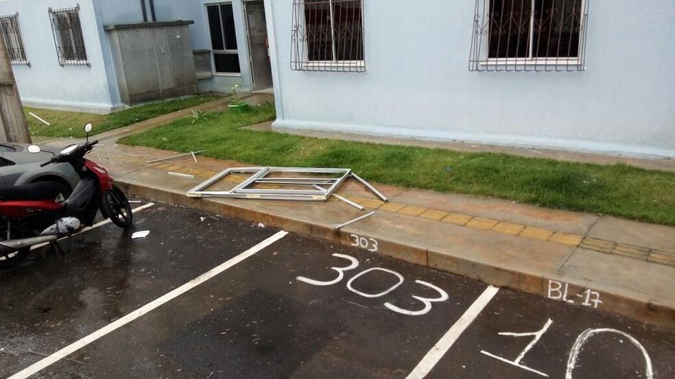 Parte de janela e vidros foram arremessados para fora de apartamento após explosão (Foto: Divulgação/SSP-BA)