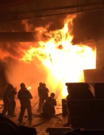 Incêndio atinge fábrica de móveis em Ubá e funcionários ficam feridos