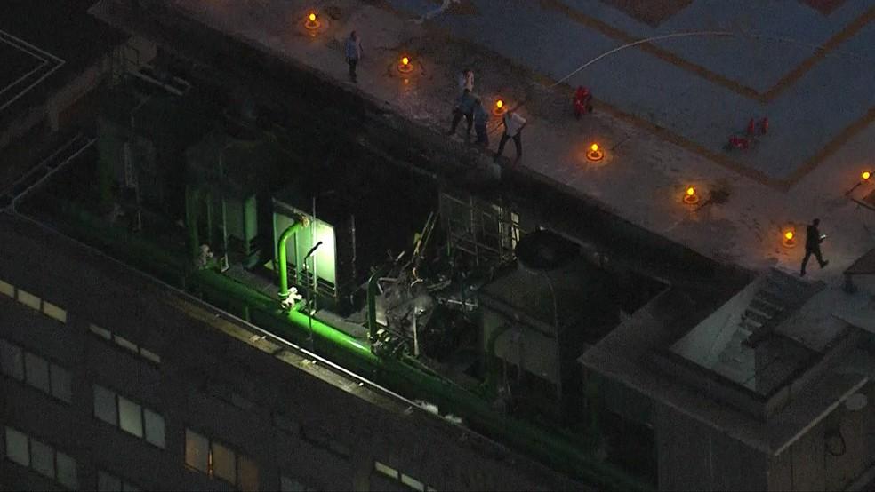 Bombeiros controlam fogo no Hospital do Coração, em São Paulo — Foto: GloboNews/Reprodução