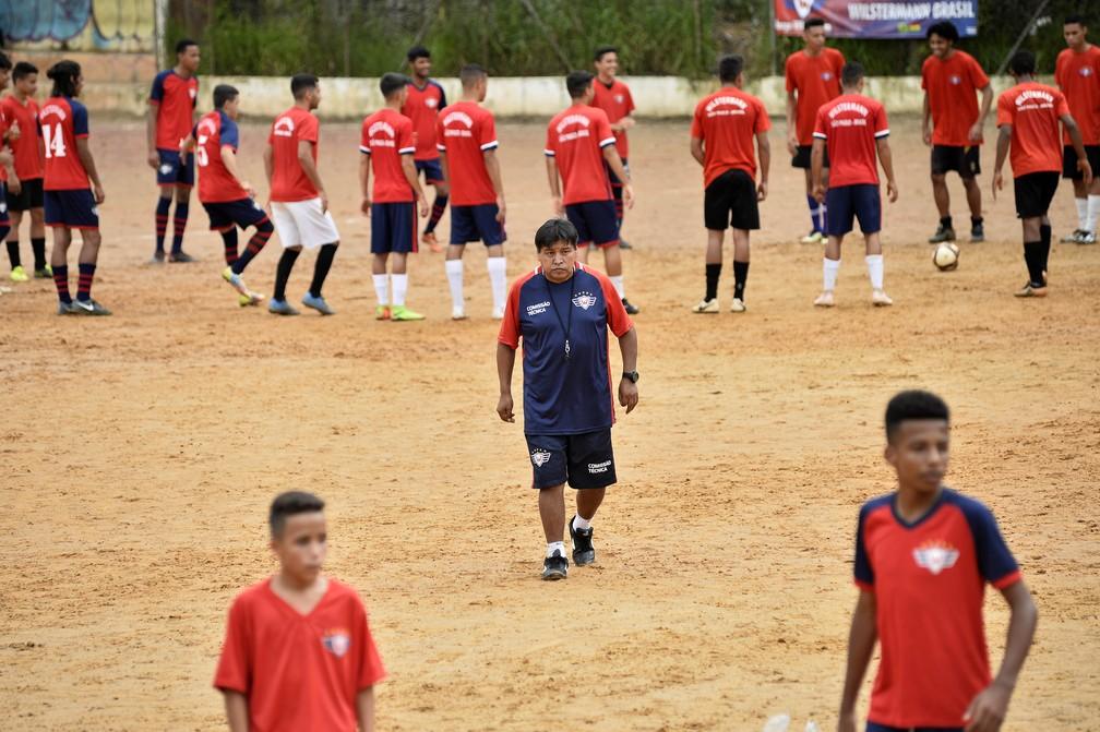 Andres Espinosa, boliviano há 22 anos no Brasil, orienta treinamento no campo do Jorge Wilstermann em São Paulo — Foto: Marcos Ribolli