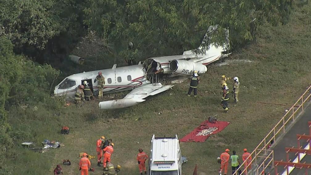 Aeronave cai no Aeroporto da Pampulha em BH. — Foto: Globocop/ TV Globo