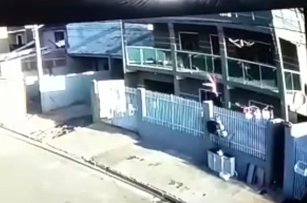 Vizinho do 1º andar conseguiu correr para segurar a criança que caiu da sacada do 3º andar, em Fazenda Rio Grande — Foto: Arquivo pessoal