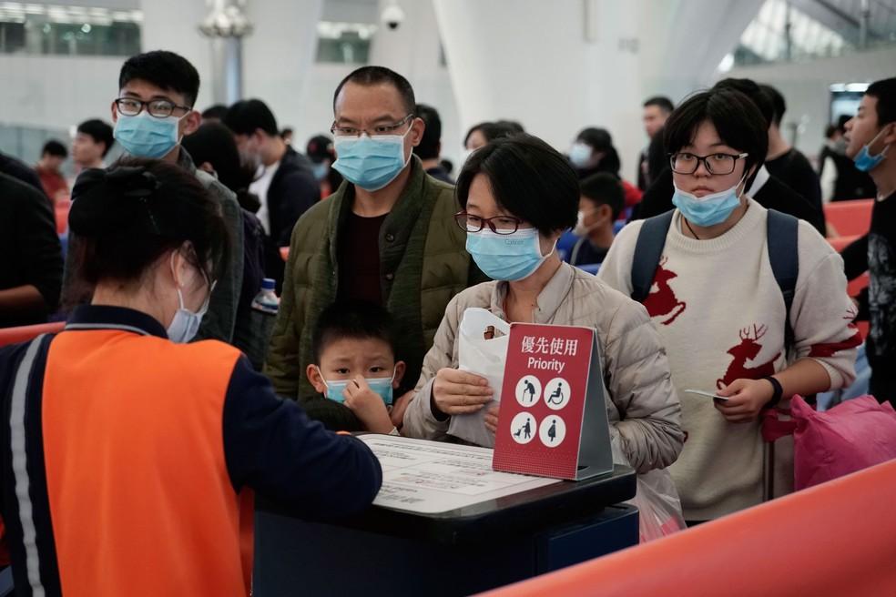 Passageiros usam máscaras para evitar a contaminação pelo coronavírus em estação ferroviária de alta velocidade, em Hong Kong, nesta quarta-feira (22)  — Foto: Kin Cheung/AP
