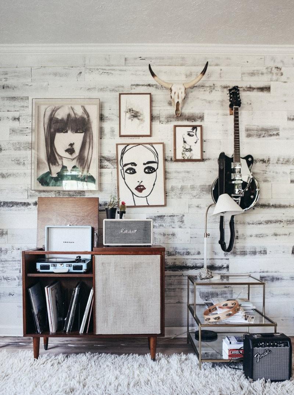 Décor do dia: instrumentos musicais decoram sala de estar (Foto: Urban Outfitters/Divulgação)