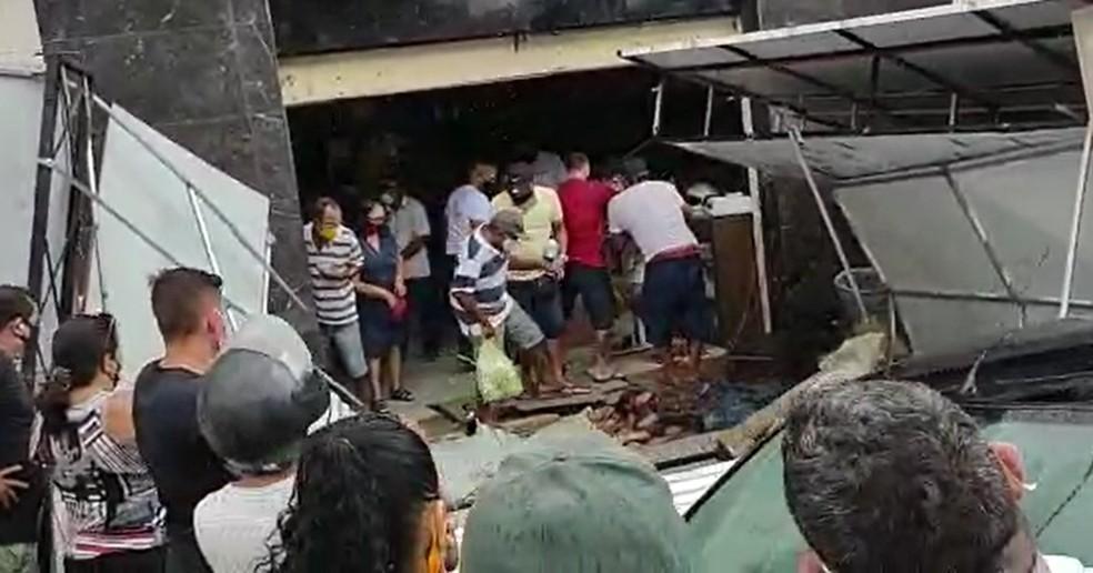 Estrutura de loja desaba no Centro de Paracuru, no interior do Ceará — Foto: Reprodução