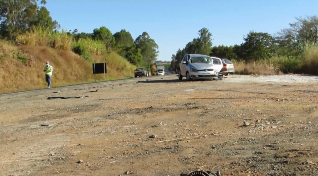 Acidente entre quatro carros deixa feridos na MG-050