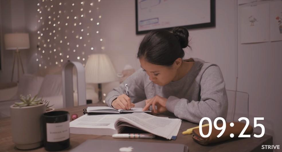 Assistir a pessoas estudando por horas a fio é febre entre sul-coreanos — Foto: Reprodução/YouTube (TheStrive Studies)