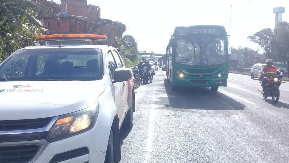 Acidente na BR-324, trecho de Salvador, deixou o trânsito congestionado na manhã desta quarta-feira  — Foto: Cid Vaz/ TV Bahia