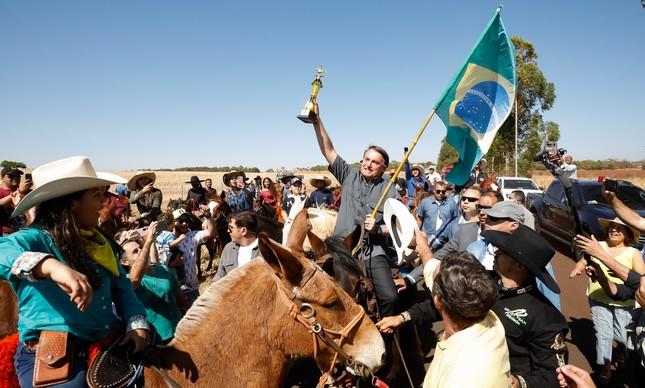 O presidente Jair Bolsonaro anda a cavalo em Uberlândia (MG) durante inauguração de centro de tratamento de água na última terça-feira (31)