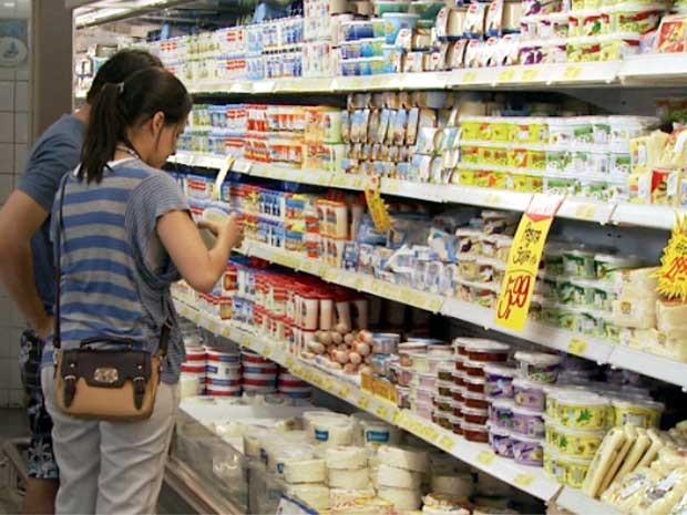 Casal observa produtos refrigerados em supermercado de Campinas (Foto: Reprodução EPTV)