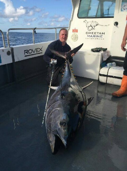 Andrew exibe atum azul pescado no litoral galês