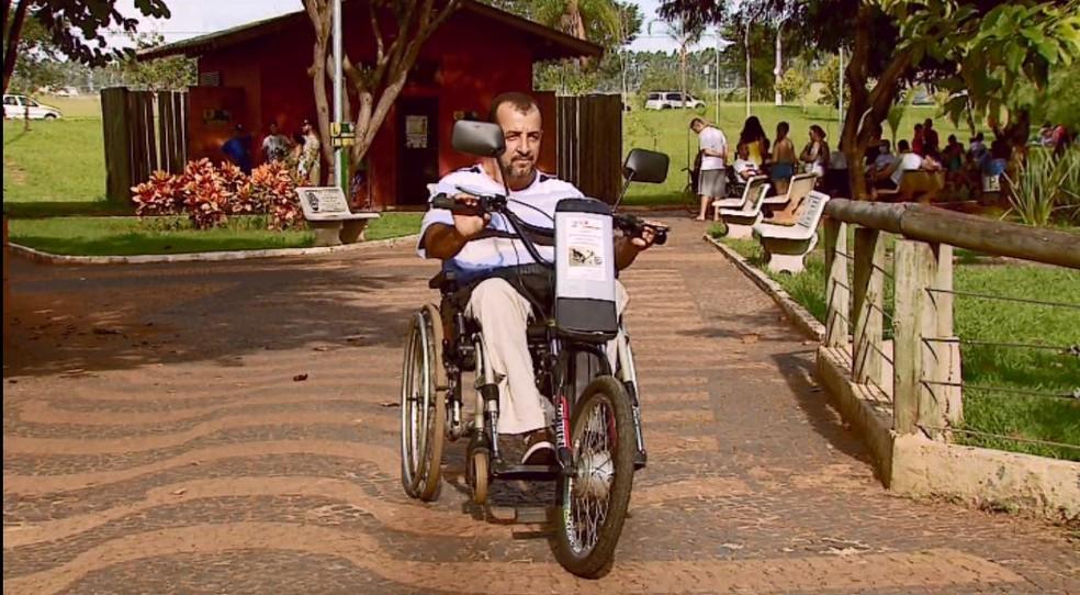 Kit que transforma cadeira de rodas em triciclo é comercializado em Araras a partir de R$ 6 mil  — Foto: Ely Venâncio/EPTV
