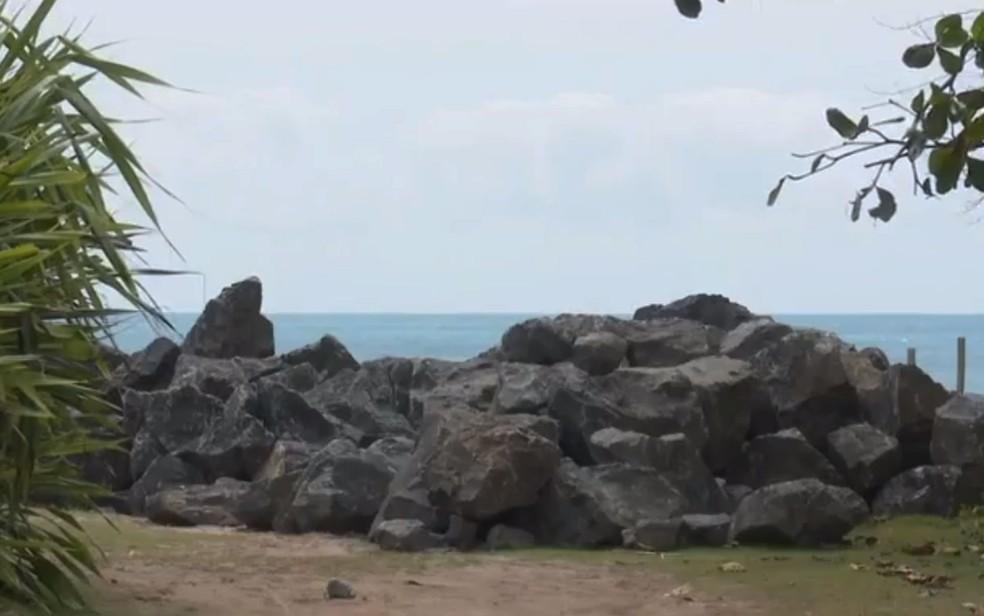 Pedras estão nas praias, mas não no local exato para fazer contenção do mar que avança em Ilhéus, no sul da Bahia — Foto: Reprodução/TV Santa Cruz