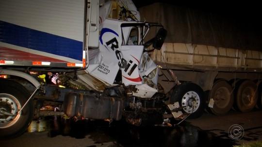 Carretas se envolvem em acidente e motorista fica ferido em Rio Preto