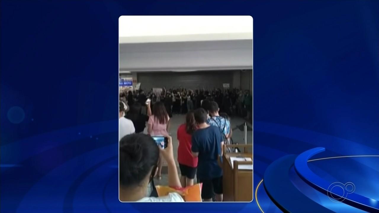 Manifestantes protestam contra o racismo em supermercado de Rio Preto