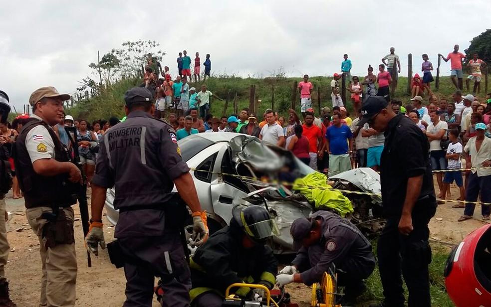 Colisão entre carro e ônibus deixa 3 mortos na BR-330, em Jitaúna (Foto: Giro Ipiaú)