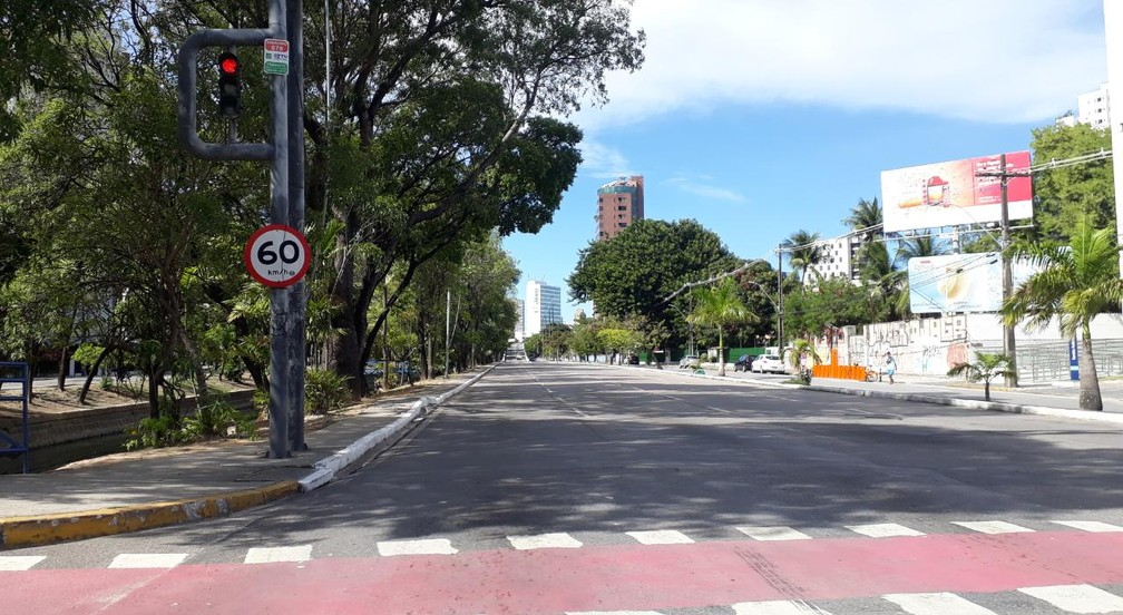 RECIFE - A avenida Governador Agamenon Magalhães, no Recife, é vista completamente vazia na tarde desta quarta-feira (25) — Foto: Marina Meireles/G1