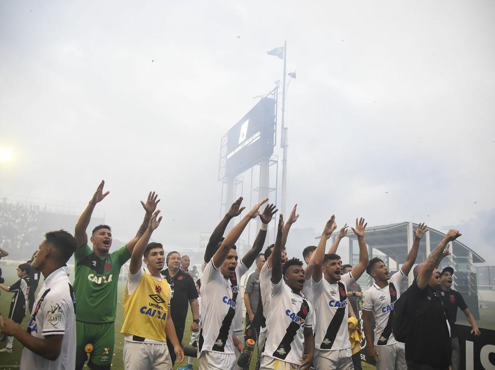 Jogadores comemoram após vitória sobre a Ponte Preta (Foto: André Durão/GloboEsporte.com)