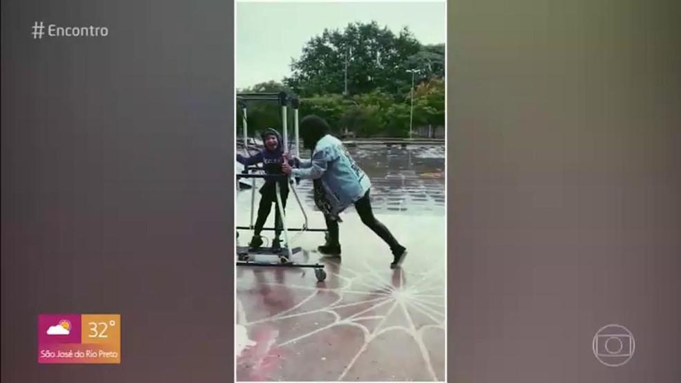 Menino com deficiência realiza sonho de andar de skate  — Foto: TV Globo
