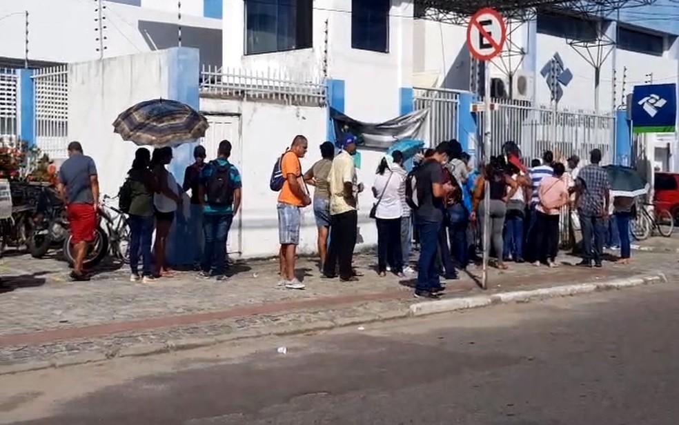 Fila na Receita Federal em Aracaju no início da manhã desta quinta-feira — Foto: Kedma Ferr/TV Sergipe