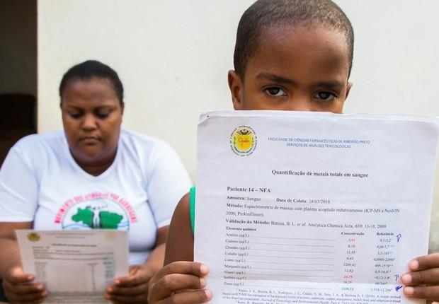 Apesar do diagnóstico, Andrea Domingos e o filho, Nicolas, não recebem contrapartida financeira da mineradora para arcar com o tratamento (Foto: TAINARA TORRES/BBC BRASIL)