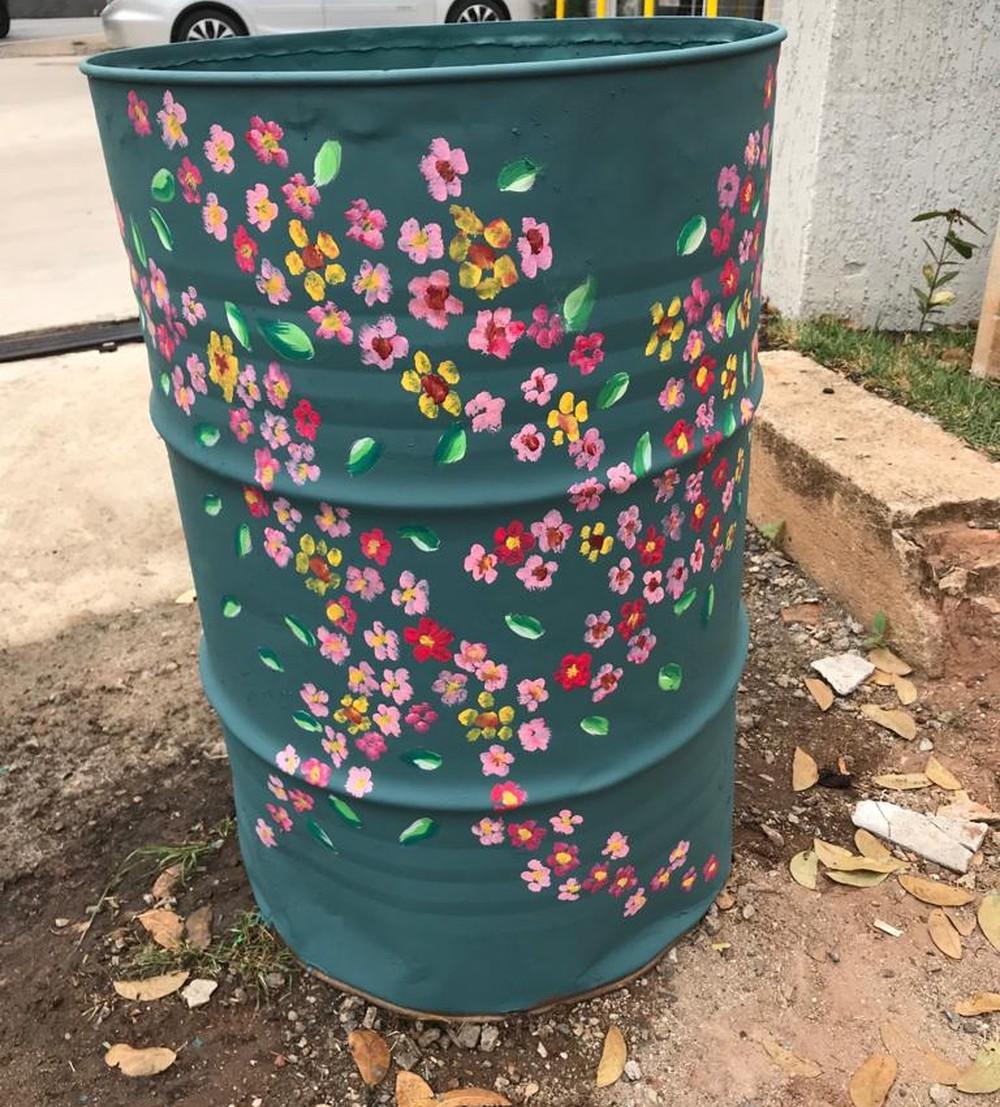 Prata Florida recicla latões de lixo para estimular a limpeza em Águas da Prata — Foto: Arquivo Pessoal