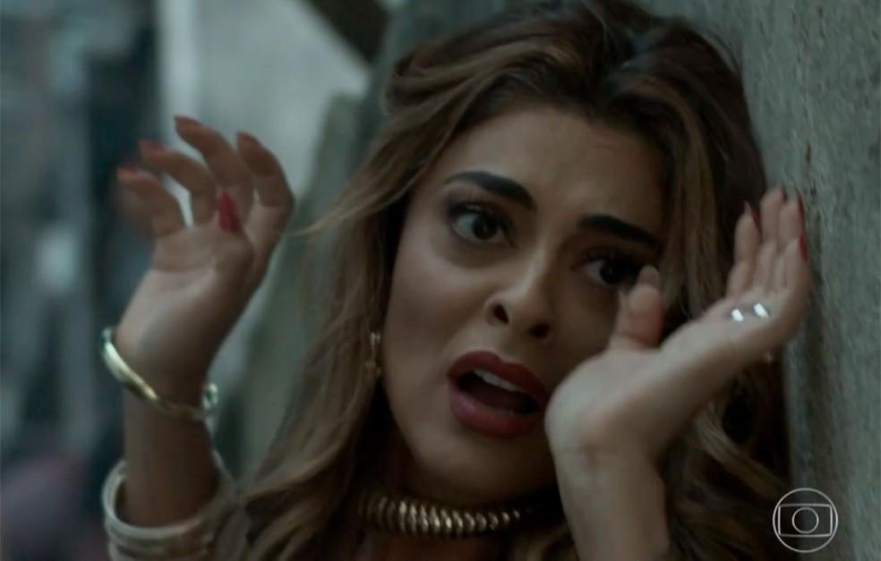 Em 'A Força do Querer', Bibi (Juliana Paes) se desespera ao ver que o marido foi ferido — Foto: Globo