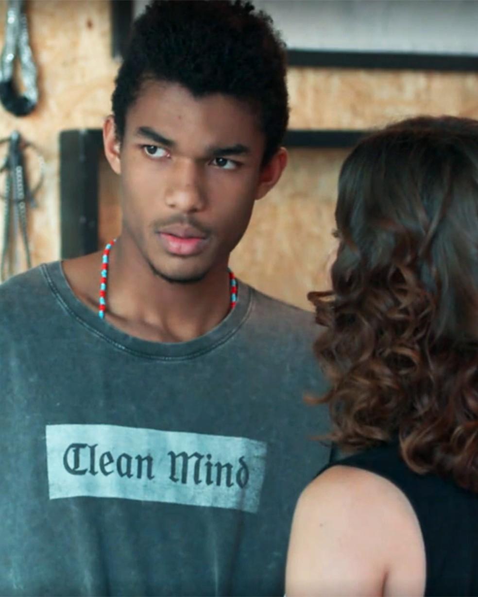 Anderson (Juan Paiva) se surpreende com convite de Samantha (Giovanna Grigio) em 'Malhação - Viva a Diferença' — Foto: Globo