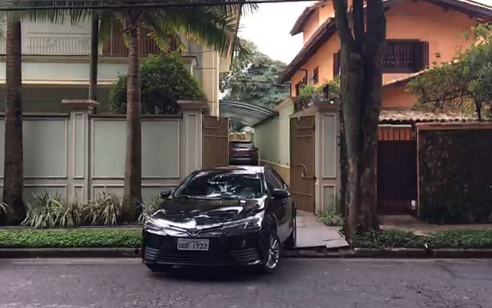 Carro deixa a casa do ex-presidente Michel Temer, em São Paulo — Foto: Gessyca Rocha/G1