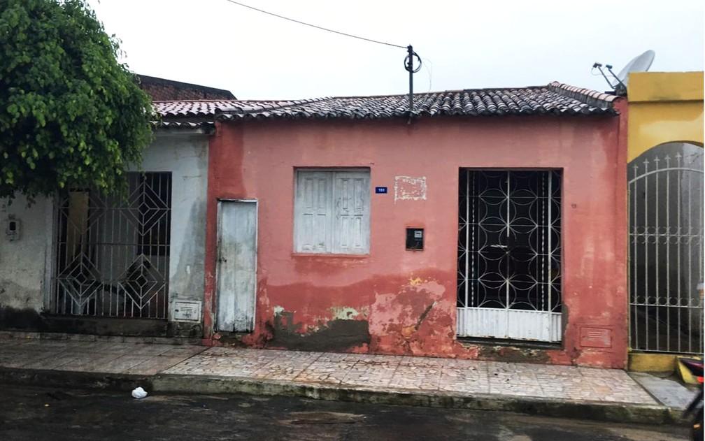Marca da água do rio em parede de casa em Coronel João Sá na manhã desta sexta-feira (12) — Foto: Alan Tiago/G1