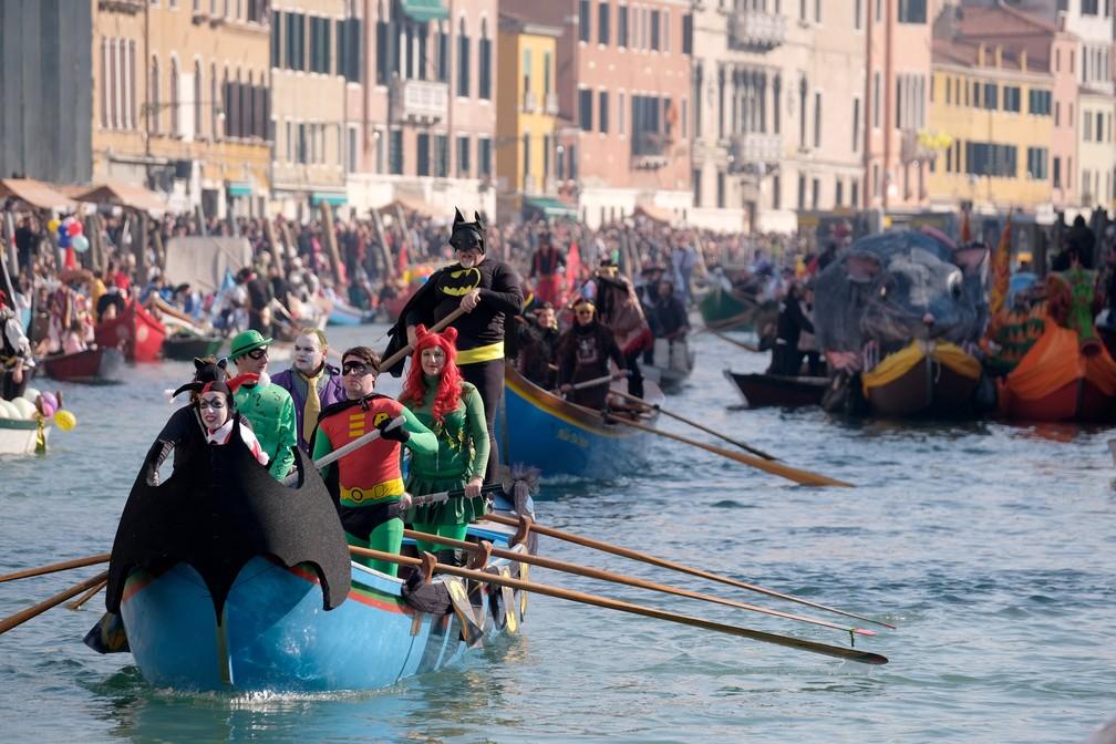 A abertura do Carnaval de Veneza ao longo do Rio di Cannaregio, em Veneza, com foliões fantasiados em barcos decorados — Foto: Manuel Silvestri/Reuters