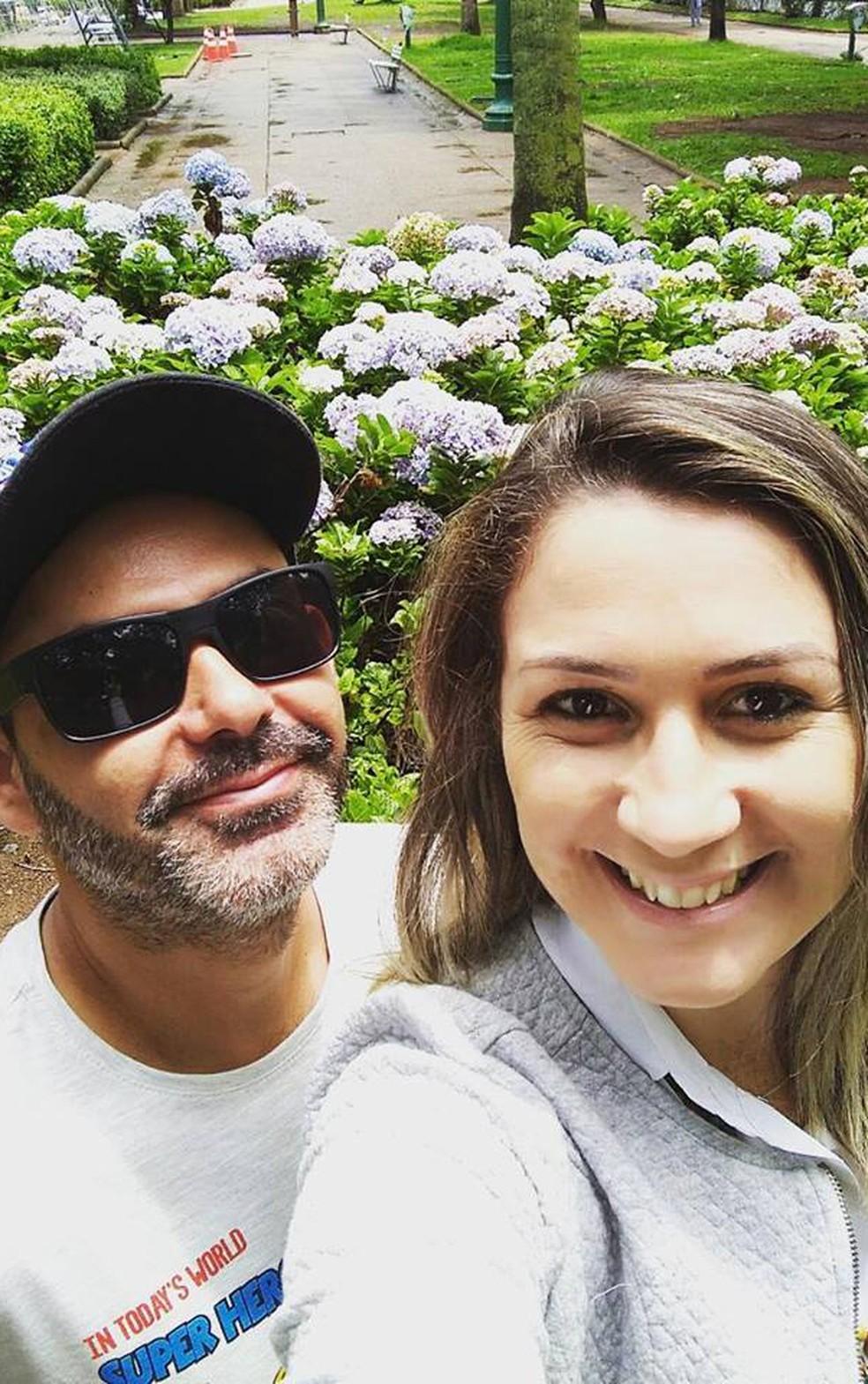 Casal passeia pela Praça da Liberdade, em Belo Horizonte (Foto: Lucélia Ganda/Arquico pessoal)