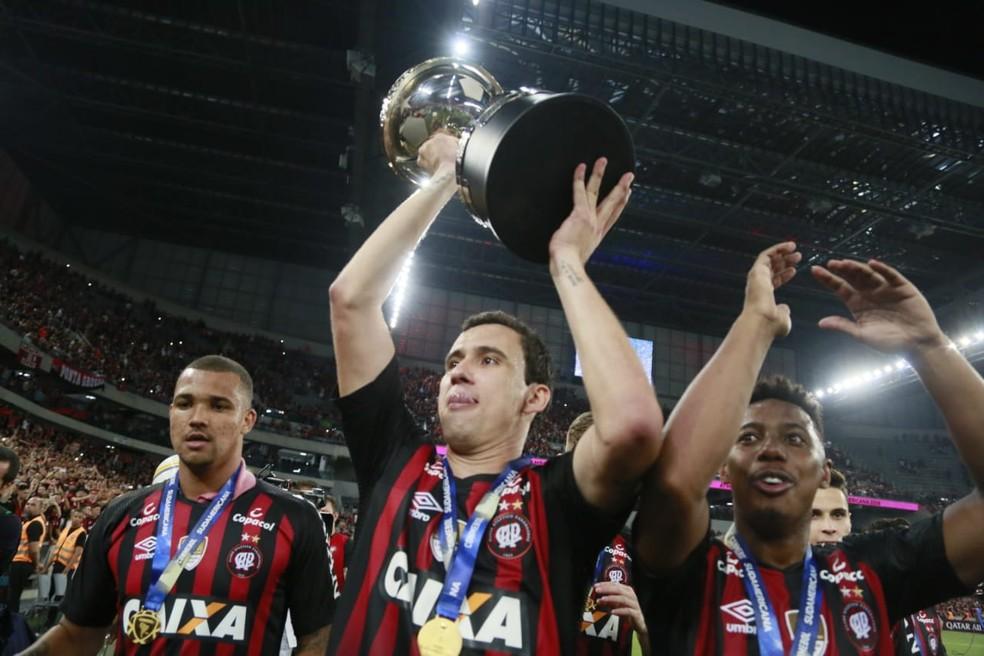 Pablo ergue a taça da Copa Sul-Americana — Foto: Albari Rosa/Gazeta do Povo