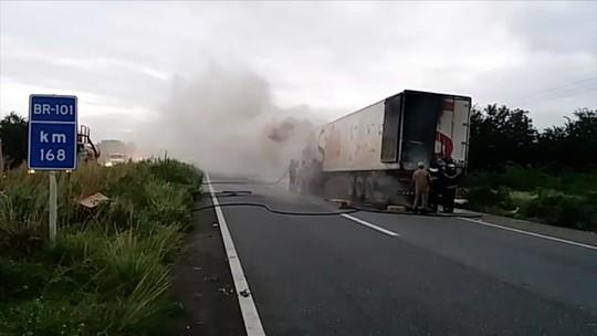 Carreta pega fogo e interrompe trânsito na BR-101 no RN