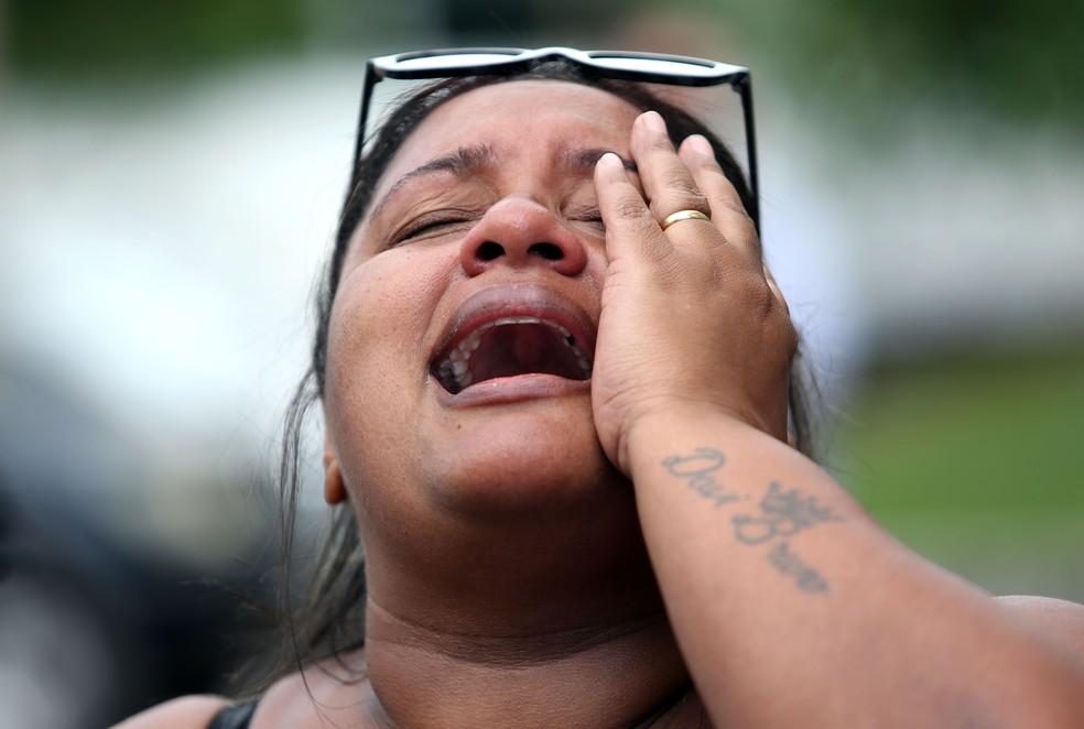 Luciana Nogueira, esposa do músico Evaldo dos Santos Rosa, morto no último domingo, 7 de abril de 2019, durante uma ação do Exército na região da Vila Militar, na zona norte do Rio de Janeiro, se emociona ao falar com a imprensa na sua chegada no Instituto Médico Legal (IML), no centro da cidade, na manhã desta segunda-feira, 8. O carro onde o músico estava com a família teria sido confundido com o de bandidos que estavam agindo na região — Foto: Wilson Júnior/Estadão Conteúdo