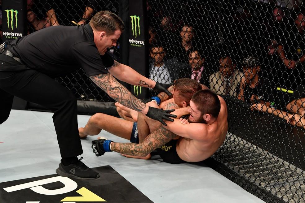 Khabib Nurmagomedov encaixa o mata-leão e finaliza Dustin Poirier no UFC 242 â?? Foto: Getty Images