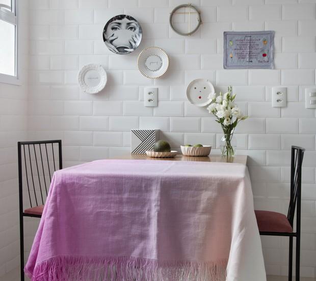Pratos cumprem função artística na cozinha. Azulejos brancos na parede deixam a base livre para que eles se destaquem (Foto: Denilson Machado/MCA Estúdio/Divulgação)