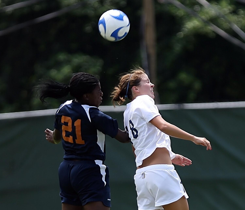 Cabecear bola no futebol causa 5 vezes mais danos ao cérebro das mulheres (Foto: Pixabay/KeithJJ/CreativeCommons)