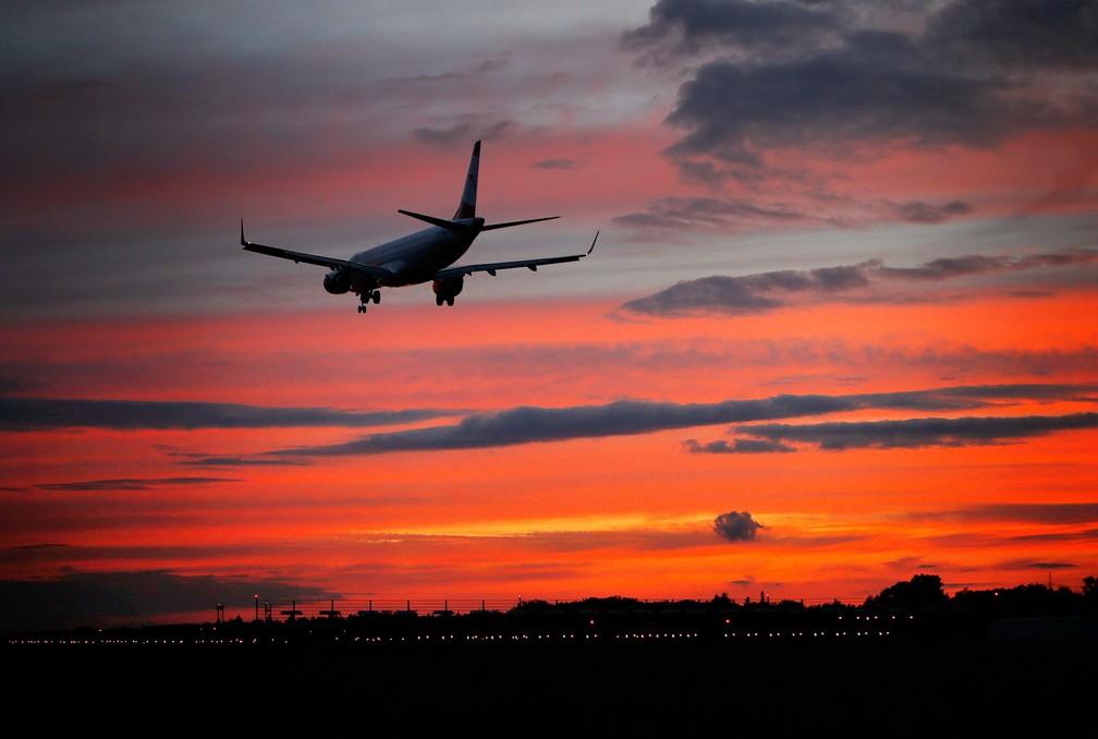 Um avião é visto momentos antes do pouso na pista norte do aeroporto internacional de Frankfurt, na Alemanha (Foto: Michael Probst/AP)