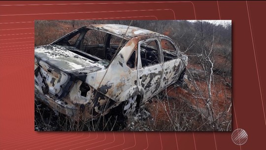 Mulher é achada morta enterrada em buraco ao lado de carro carbonizado; marido é suspeito